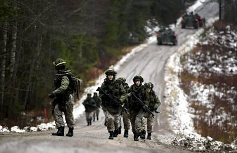 Varusmiehet taisteluharjoituksessa puolustusvoimien Kaakko 19 -pääsotaharjoituksessa Karjalan prikaatin alueella Kouvolan Vekaranjärvellä perjantaina 29. marraskuuta.