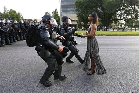 AFROAMERIKKALAISTEN KAPINOINTI. Yhdysvaltojen mustan väestönosan kokema poliisiväkivalta sai kesällä 2016 laajat väkijoukot liikkeelle maan etelävaltioissa. Aktivisti Ieshia Evans asettui pysäyttämään mellakkapoliisien rivistöä Lousianan Batoun Rougessa heinäkuussa 2016.