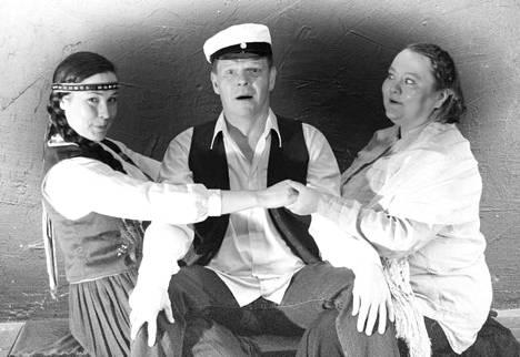 Pinja Hahtola (vas.), Eero Enqvist ja Petra Lampinen