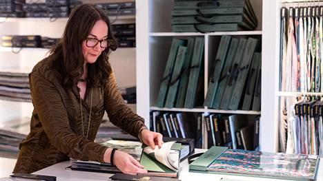 Sisustusyhtiö Lauritzonin myynnissä työskentelevä Tiina Ventelä ei usko, että alkuvuoden brexit-ongelmat jäävät pysyviksi. Uusi tilanne vaatii kuitenkin totuttelua etenkin kuriiriyhtiöltä.