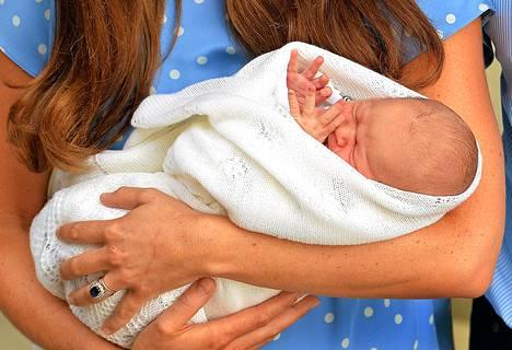 Britannian prinssi Williamin ja herttuatar Catherinen poika George Alexander Louis esiteltiin medialle 23. heinäkuuta.