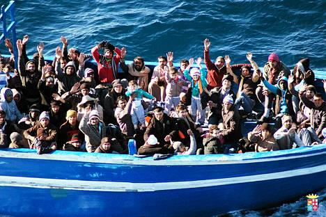 Italian laivasto pelasti runsaat 200 siirtolaista Lampedusan edustan merialueelta viikko sitten.