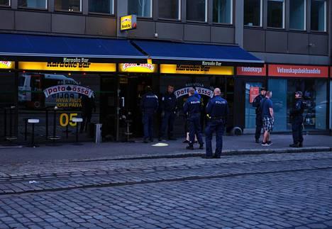 Ravintolaan saapui illalla runsaasti poliiseja.