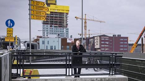 """Kalasataman kauppakeskus Redi ja kahdeksan tornitaloa sen ympärillä ovat malliesimerkki siitä, miten Helsinki ja muu pääkaupunkiseutu tiivistyvät kauppakeskusten ympärille. Pormestari Jan Vapaavuori on edistänyt ostoskeskusten keskittymistä Helsinkiin. """"Kaupunkikuvallisesti ei ole täysin ongelmatonta, että kantakaupunkimainen ajattelu korvautuu kauppakeskuksilla"""", hän sanoo silti."""