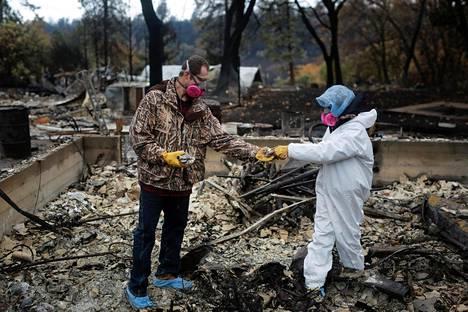 Brett ja Vanthy Bizzle tutkivat Kalifornian maastopalossa tuhoutuneen kotinsa jäännöksiä Paradisessa viikko sitten.