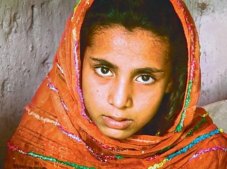 Velkojat veivät 11-vuotiaan Minan sisaren. Nyt Minan perhe vaihtaa jatkuvasti asuinpaikkaa, etteivät velkojat löytäisi tyttöä.