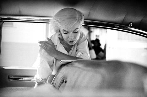 """""""Marilyn Monroe autossa."""" 1960. Aiemmin julkaisematon kuva Marilyn Monroesta harjoittelemassa vuorosanojaan Sopeutumattomat-elokuvan kuvauksissa Nevadassa."""