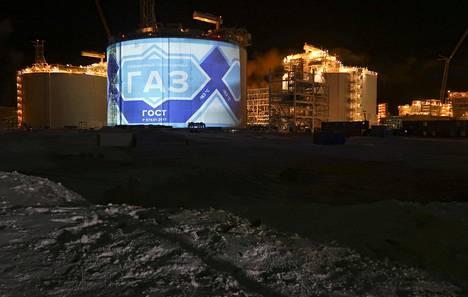 Venäjä investoi arktiselle alueelle ja vahvistaa läsnäoloaan siellä. Kuvassa runsas vuosi sitten rakenteilla ollut nesteytetyn maakaasun tuotantolaitos Sabettassa Jamalin niemimaalla Pohjoisen jäämeren tuntumassa.