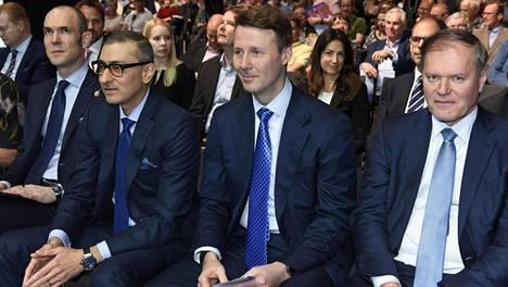 Nokian yhtiökokous antoi 21. toukokuuta hallitukselle valtuuden päättää osingon maksamisesta neljä kertaa vuodessa. Talousjohtaja Kristian Pullola (vas.), toimitusjohtaja Rajeev Suri, hallituksen puheenjohtaja Risto Siilasmaa ja varapuheenjohtaja Olivier Piou.