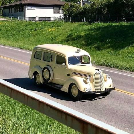 Harvinainen vuodelta 1939 peräisin oleva Fordin pakettiauto huristeli Korsossa kesäkuun alussa. Kuva on lukijan ottama.