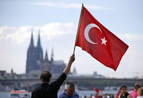 Turkin presidentti Erdoğanin kannattaja heilutti Turkin lippua Saksan Kölnissä sunnuntaina.