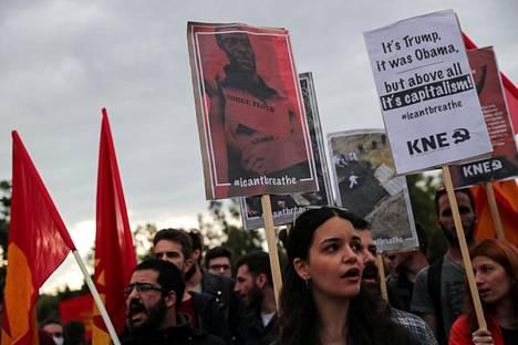Mielenosoittajia Yhdysvaltain suurlähetystön ulkopuolella Ateenassa, Kreikassa 1. kesäkuuta.