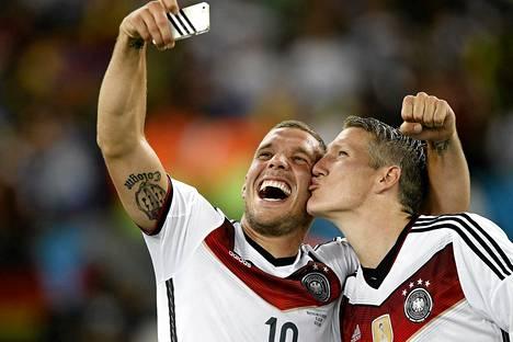 Bastian Schweinsteiger (oik.) ja Lukas Podolski ottivat itsestään mestaruusselfien.