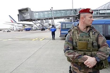 Ranskalaissotilas vartioi Charles de Gaullen lentokenttää Pariisissa maaliskuun lopulla. Turvatasoa nostettiin tuolloin Brysselin terrori-iskun vuoksi.