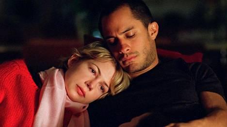 Michelle Williams ja Gael Garcia Bernal näyttelevät newyorkilaista avioparia, joka kohtaa hyväosaisten ongelmia.