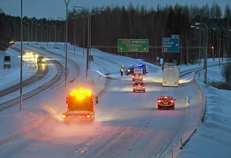 Lumisade aiheutti liikennekaaoksen Oulussa.