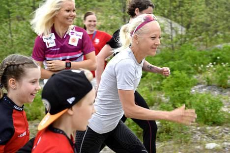 Kaisa Mäkäräinen ja Mari Laukkanen (takana) osallistuivat Joensuu-Jukolassa puolitoista viikkoa sitten ensi kertaa suunnistuksen Venlojen viestiin.