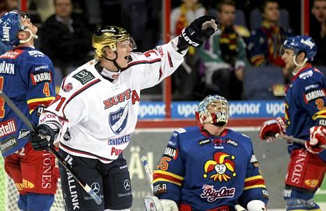 HIFK:n kultakypärä Juuso Puustinen teki joukkueensa ensimmäisen maalin.