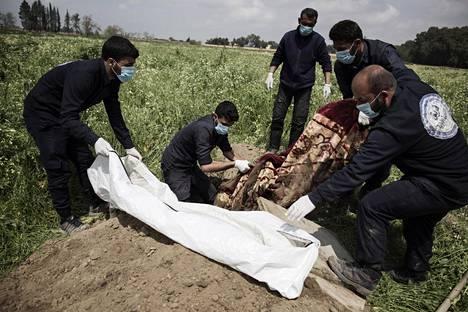 Peltokuopasta kaivettiin ylös miehen ruumis Raqqassa. Hän oli mahdollisesti Isisin jäsen.