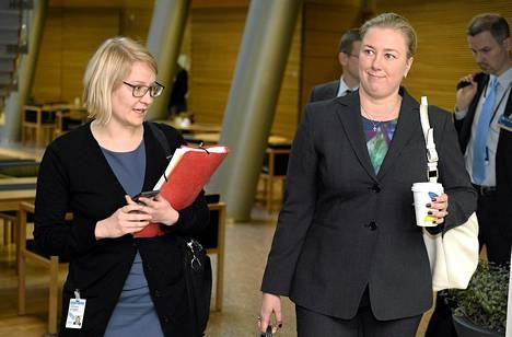 Valtiovarainministeri Jutta Urpilainen oli kuultavana EU-kokouksista suuressa valiokunnassa keskiviikkona. Vasemmalla sihteeri Kaisa Korhonen.