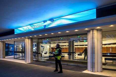 Torstai-illan Pieni merenneito -esitys on peruttu Helsingin kaupunginteatterissa koronavirusohjeistuksen vuoksi. Valomainoksessa yleisö toivotettiin kuitenkin tervetulleeksi.