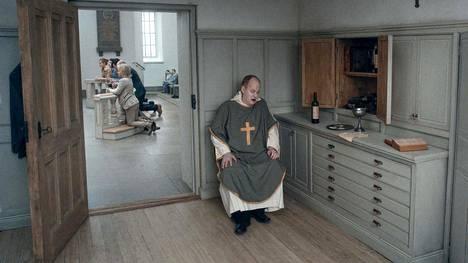 Eräänlaisen punaisen langan elokuvan tarinoille muodostaa pappi (Martin Serner), joka näkee painajaista omasta ristiinnaulitsemisestaan.