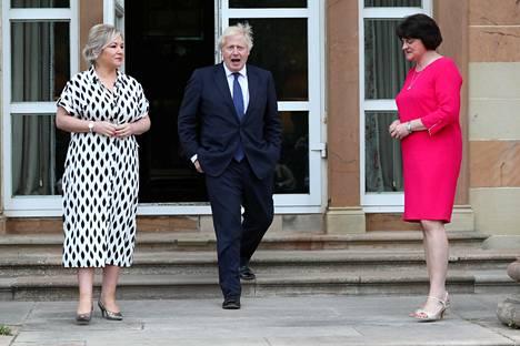 Sinn Féin -puolueen Michelle O'Neill (vas.), Britannian pääministeri Boris Johnson sekä Demokraattisen unionistipuolueen Arlene Foster (oik.) Belfastissa elokuussa 2020. Foster on Pohjois-Irlannin pääministeri, ja O'Neill varapääministeri. Johtajat keskustelivat siitä, kuinka Pohjois-Irlannin muodostamisen satavuotispäivää voisi muistaa toukokuussa 2021. O'Neillin mielestä asiassa ei ole mitään juhlimista.