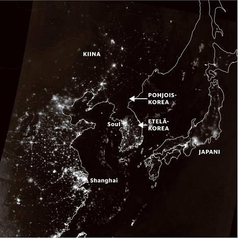 Pohjois-Korea näyttäytyy vuonna 2012 otetussa yöllisessä satelliittikuvassa pimeänä alueena rajanaapurinsa Etelä-Korean rinnalla. Energiankäyttö henkeä kohden on Pohjois-Koreassa vajaa kymmenesosa eteläkorealaisten energiankäytöstä, kertoo energiajärjestö IEA.