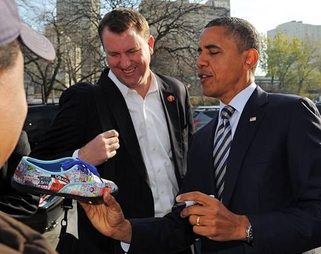 Yhdysvaltain presidentti Barack Obama kirjoitti nimikirjoituksen kannattajansa kenkään kotikaupungissaan Chicagossa äänestyspäivänä tiistaina.<BR/><osasto><osasto><BR/></osasto></osasto>
