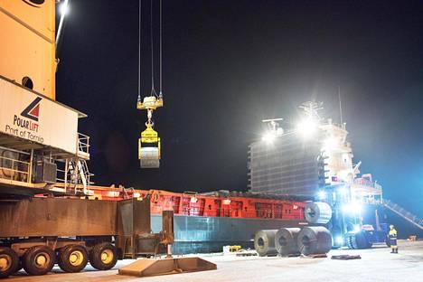 Outokummun terästehtaalla Torniossa valmistettua teräsrullaa lastataan laivaan Röytän satamassa.