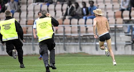 HJK-Inter-ottelu keskeytyi hetkeksi, kun katsomosta juoksi kentälle puolipukeinen mies.