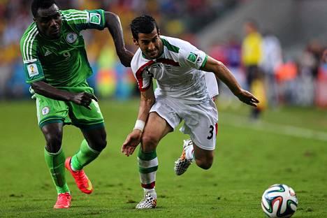 Nigerian Emmanuel Emenike ja Iranin Ehsan Hajsafi taistelevat pallosta.