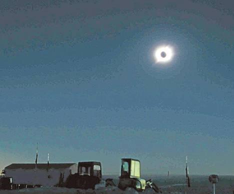 Japanilaiset tutkijat ovat kairanneet jäätä kuvassa olevan Dome Fuji -tutkimusaseman lähistöllä. Kuva on auringonpimennyksestä vuodelta 2003.