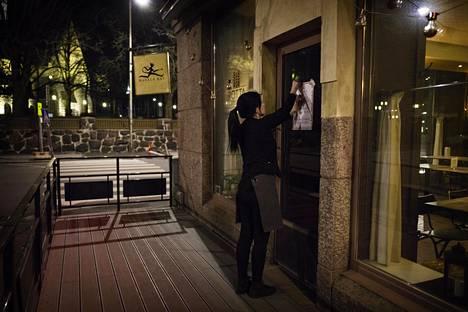 Katukuva hiljeni, kun ravintolat alkoivat sulkea oviaan. Virallisesti eduskunta päätti ravintoloiden sulkemisesta muuten kuin take away -myyntiin huhtikuun 2. päivä.
