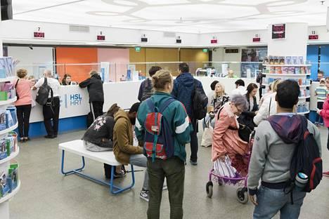 Helsingin Rautatientorin asematunnelin HSL:n palvelupisteellä on käynyt tavallista enemmän väkeä lippu-uudistuksen alla ja palvelu on ruuhkautunut.