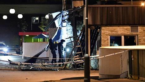 Poliisin pommiryhmä tutki pommihyökkäyksen kohteeksi joutunutta ravintolaa Rosengårdin lähiössä Malmössä viime viikon keskiviikkona. Malmön jengikuntoutusohjelmalla on tuettua asumista myös Rosengårdissa.