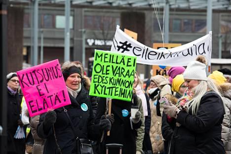 Sadat lastentarhanopettajat osoittivat mieltään pienten palkkojensa vuoksi maaliskuussa Helsingin Narinkkatorilla.