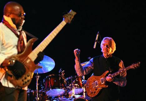 Kitarajazzin pioneeri John McLaughlin (oik.) tuo 4th Dimension -yhtyeensä Helsingin Finlandia-taloon ensi syksynä.