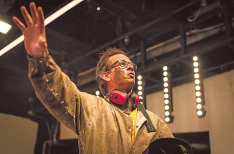 Robin Svartström muuntuu Juha Sipilänä raivokkaasta hitsaajasta rauhalliseksi insinööriksi.