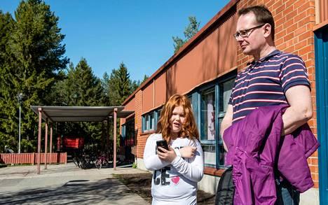 """Karoliina Hautala sai ensimmäisen oman kännykän kuusivuotiaana esikoululaisena. """"Se oli perusnokialainen ilman nettiyhteyttä"""", isä Antti Hautala kertoo. Nyt toisluokkalaisena käytössä on älypuhelin."""