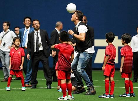 Pian pelikuntoinen Cristiano Ronaldo on MM-kisojen jälkeen ehtinyt muun muassa pelailemaan japanilaislasten kanssa.