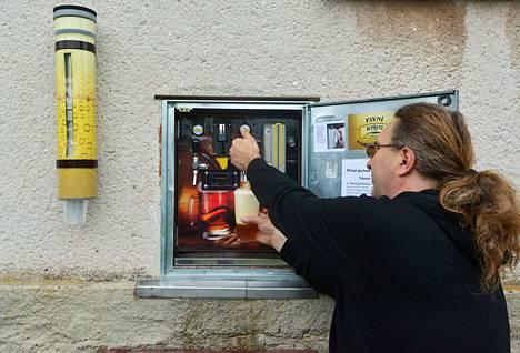 Martin Povýšil näyttää miten itsepalvelupubista saa olutta.