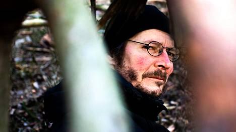 Juha Hurme kuvattuna Pyynikinharjun luonnonsuojelualueella lasten rakentamassa majassa.