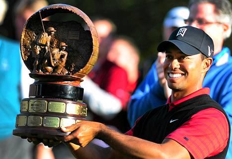 Tiger Woods oli yhtä hymyä nostaessaan palkintopokaalin runsaan kahden vuoden tauon jälkeen.