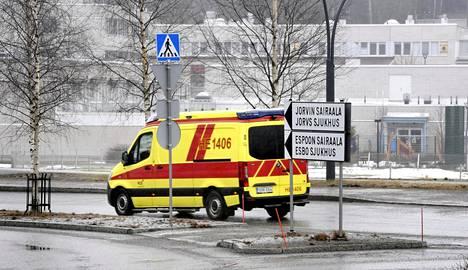 Koronaviruksen vuoksi sairaalahoidossa olevien määrä Hus-alueella on laskenut hieman viime päivinä. Ambulanssi ajamassa kohti Jorvin sairaalaa Espoossa 29. maaliskuuta 2021.
