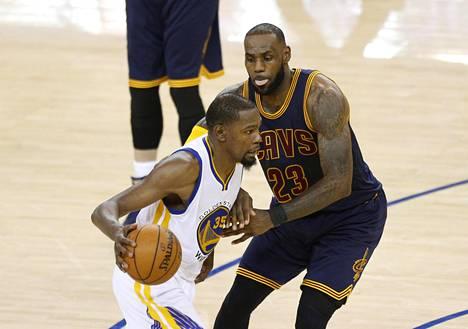 Kevin Durant (vas.) ja LeBron James olivat joukkueidensa parhaat pistemiehet.