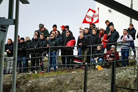 Katsomot olivat HIFK:n avausottelussa tyhjät, mutta kannattajat ovat kiipesivät Olympiastadionin kalliolle, josta näki kentälle.