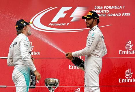 Lewis Hamilton (oik.) on voittanut tällä kaudella kuusi osakilpailua ja Nico Rosberg yhdeksän.