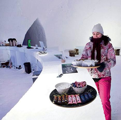 Joulupukin pajakylässä Rovaniemellä on lumihotelli tänä vuonna ensimmäistä kertaa. Heidi Ylläsjärvi viimeisteli baaritiskiä.