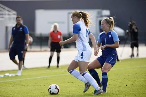 Islannin Glodis Perla Viggosdottir ja Suomen Adelina Engman tilanteessa Suomen ja Islannin välisessä ottelussa.